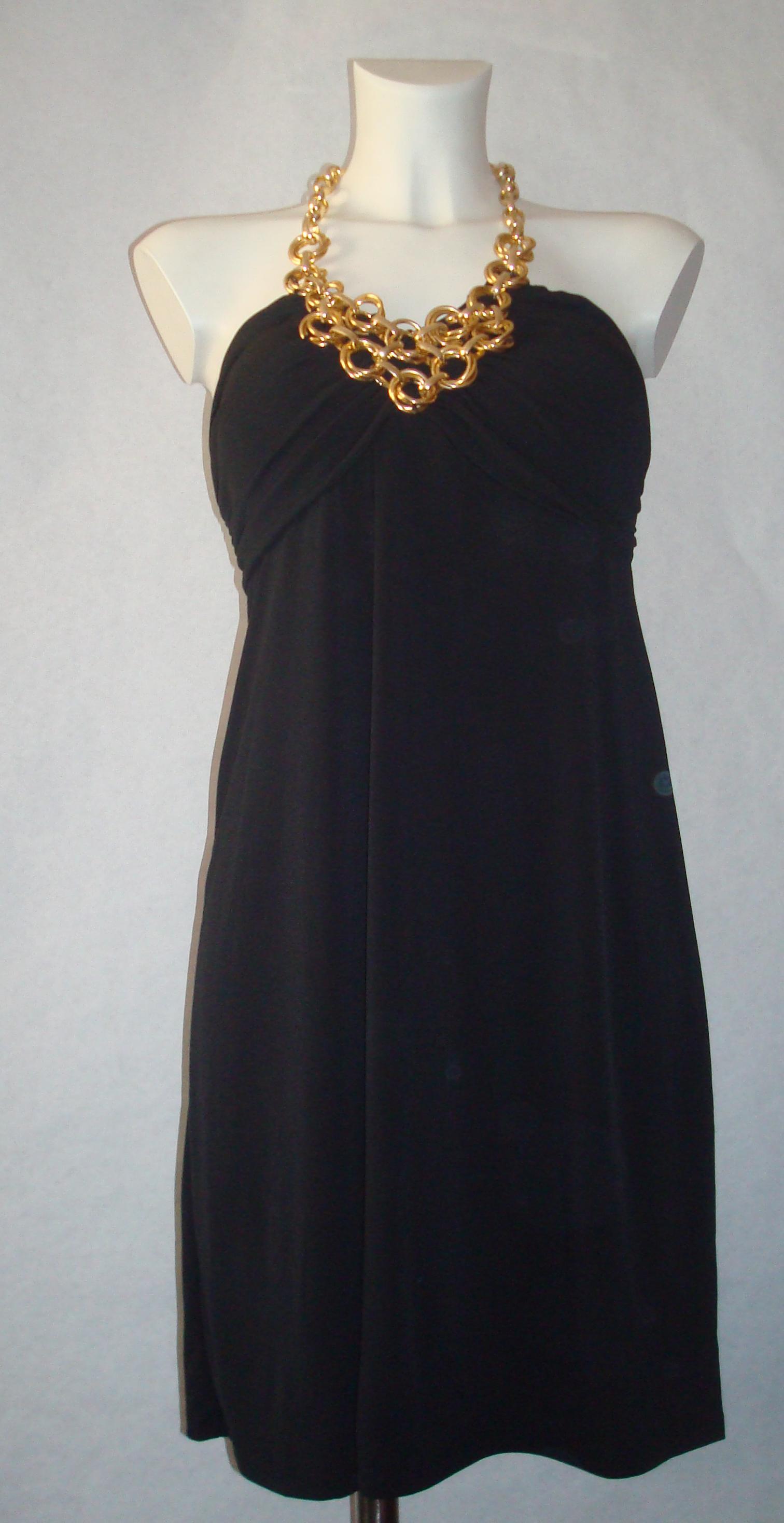 Vestido negro con collar dorado